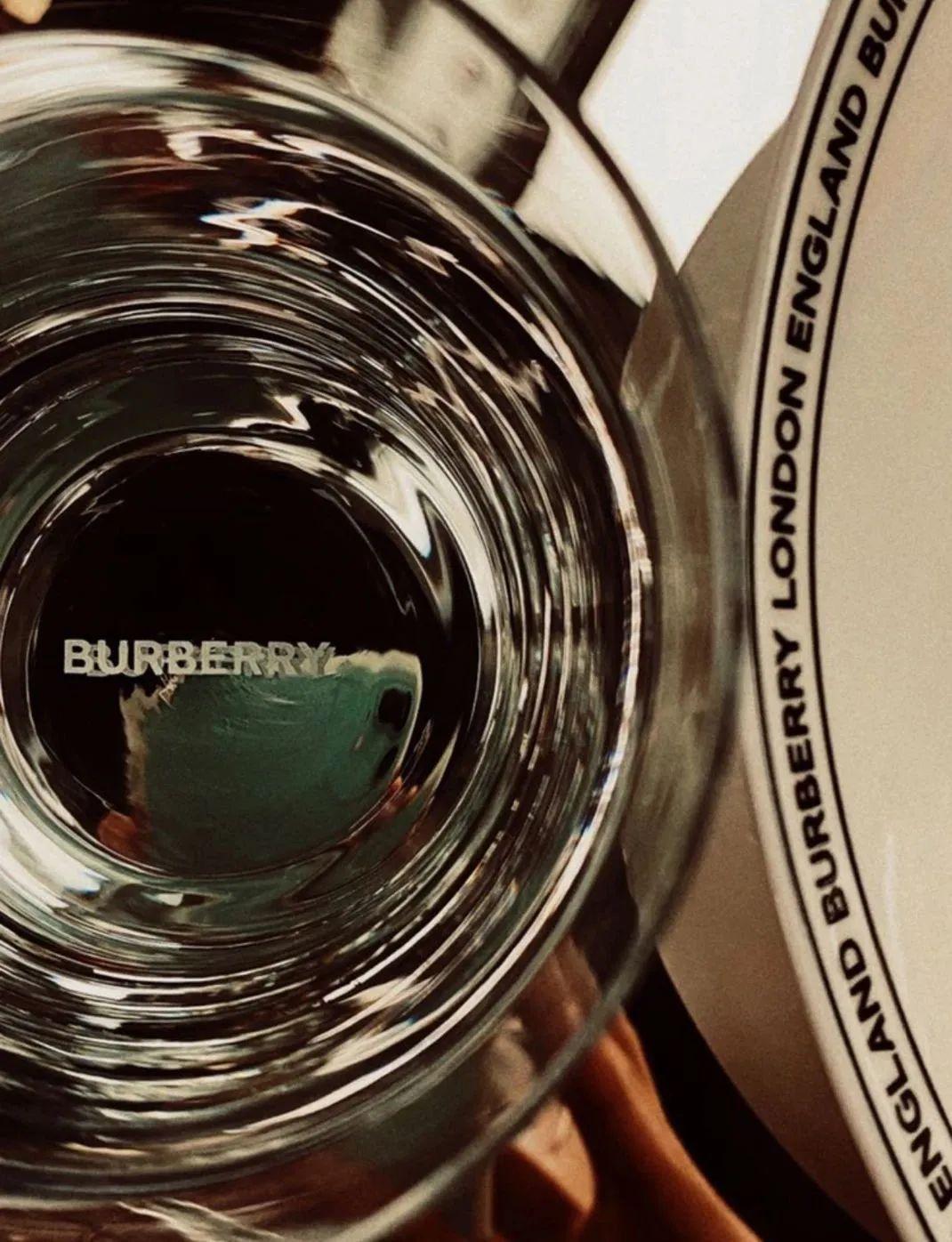 Burberry开咖啡厅了?餐具设计也太精致了吧!