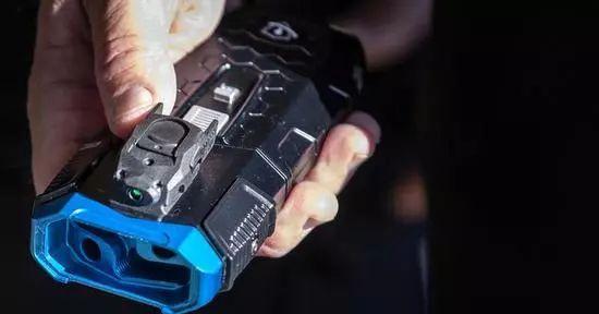"""美国警察用的这个武器,简直就是现代版的""""捆仙绳""""啊!"""